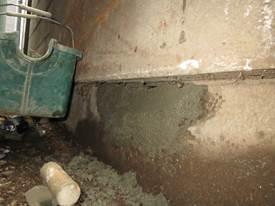 外壁にねずみが掘った穴をモルタルで塞ぐ
